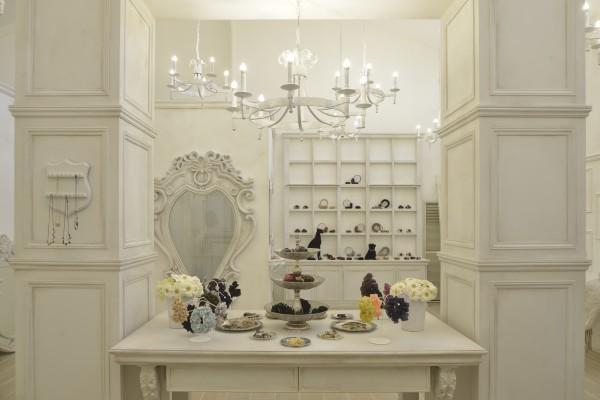 アンティークの額縁や家具にひとつひとつ、まるでアートピースかのようにヘアアクセサリーがディスプレイされています。